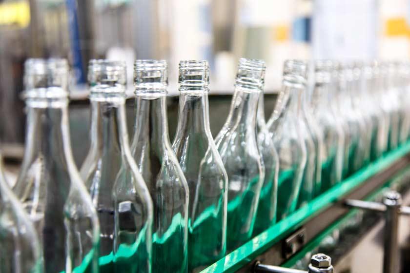 Glasflaschen auf Fließband in Fabrik